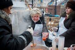 Женщины варят традиционный суп внешний Стоковые Фотографии RF