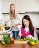 Женщины варя в кухне Стоковое Изображение