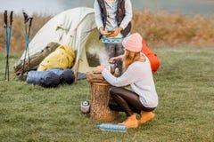 Женщины варя еду на располагаться лагерем Стоковые Фотографии RF