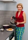Женщины варя еду на кухне Стоковое Изображение