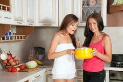 Женщины варя на их кухню Стоковые Фотографии RF