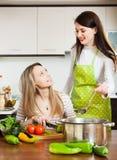 2 женщины варя суп совместно Стоковое Фото