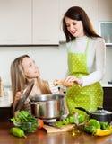 2 женщины варя с овощами Стоковое Изображение RF