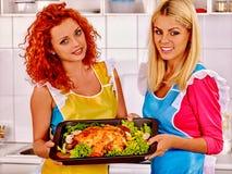 Женщины варя цыпленка на кухне Стоковая Фотография RF