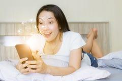 Женщины вау смотрят на сообщение, подобия, следующих и комментарий дела социального смартфона средств массовой информации онлайн стоковое изображение