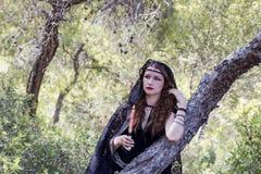 Женщины ведьмы во время хеллоуина в лесе Стоковое Фото