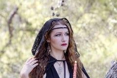 Женщины ведьмы во время хеллоуина в лесе Стоковые Изображения RF