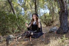 Женщины ведьмы во время хеллоуина в лесе Стоковая Фотография RF