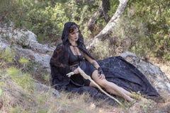 Женщины ведьмы во время хеллоуина в лесе Стоковые Фотографии RF