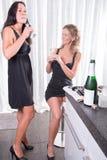 2 женщины веселя с chanpagne Стоковые Изображения
