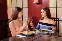 Женщины взаимодействуют в ресторане Стоковые Изображения RF