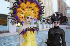 2 женщины внутри отображают cosplay Стоковое Фото