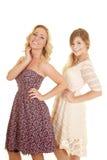 2 женщины внутри одевают обе улыбки Стоковое Изображение RF