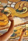 2 женщины восстанавливая некоторые старые стенные росписи на потолке Стоковые Изображения RF