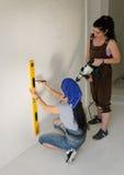 2 женщины восстанавливая дом Стоковое фото RF