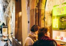 2 женщины восхищая окна ходя по магазинам для рождества Стоковое Фото