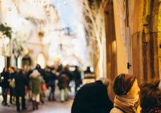 2 женщины восхищая окна ходя по магазинам для рождества Стоковая Фотография RF