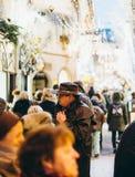 2 женщины восхищая окна ходя по магазинам для рождества Стоковые Изображения