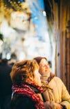 2 женщины восхищая окна ходя по магазинам для рождества Стоковые Фото