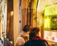 2 женщины восхищая окна ходя по магазинам для рождества Стоковые Фотографии RF