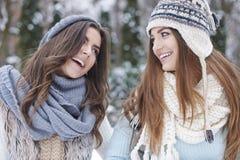 2 женщины во время зимы Стоковое Изображение RF