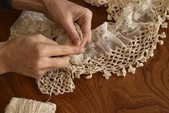 Женщины вручают вязать шарф Стоковое Изображение RF