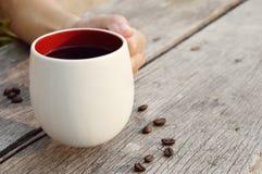 Женщины вручают держать кофейную чашку Стоковое Изображение