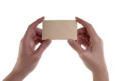 Женщины вручают держать пустую карточку Стоковые Изображения