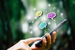 Женщины вручают используя переговор smartphone печатая в значках коробки болтовни хлопают вверх Социальные средства массовой инфо стоковое изображение rf