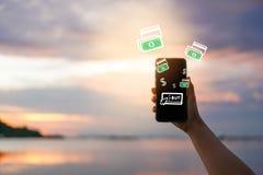 Женщины вручают используя smartphone делают онлайн покупки стоковые фото