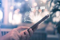 Женщины вручают используя smartphone делают онлайн продавать стоковое фото rf