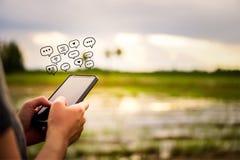 Женщины вручают используя smartphone печатая, беседуя переговор в значках коробки болтовни хлопают вверх Социальные средства масс стоковое фото rf