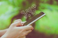 Женщины вручают используя smartphone печатая, беседуя переговор в значках коробки болтовни хлопают вверх Социальные средства масс стоковые изображения