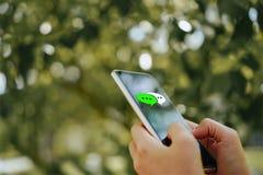 Женщины вручают используя smartphone печатая, беседуя переговор в значках коробки болтовни хлопают вверх Социальные средства масс стоковое изображение rf