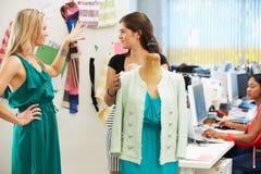 2 женщины встречая в студии конструкции способа Стоковые Изображения RF