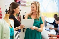 2 женщины встречая в студии конструкции способа Стоковое Изображение RF