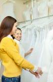Женщины выбирают белую мантию Стоковые Фото