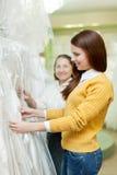 2 женщины выбирают обмундирование свадьбы Стоковая Фотография RF