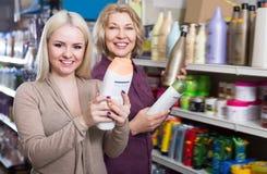 2 женщины выбирают шампунь Стоковые Изображения RF