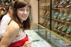 Женщины выбирают ювелирные изделия Стоковые Изображения RF