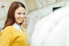 Женщины выбирая белое платье невесты Стоковое Изображение