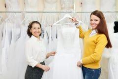 2 женщины выбирая белое платье Стоковая Фотография RF