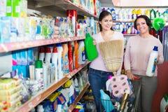 Женщины выбирая бутылки с тензидом Стоковые Фотографии RF