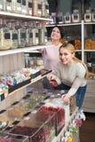 Женщины выбирая высушенные плодоовощи в магазине Стоковые Изображения