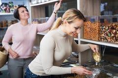 Женщины выбирая гайки в магазине Стоковое фото RF