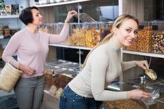 2 женщины выбирая гайки Стоковое Изображение
