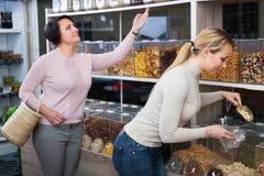 2 женщины выбирая гайки Стоковое фото RF