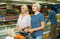 Женщины выбирая, который замерли мясо Стоковое Фото