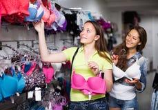 2 женщины выбирая нижнее белье в магазине Стоковое фото RF