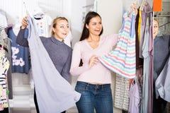 Женщины выбирая одежды спать Стоковая Фотография